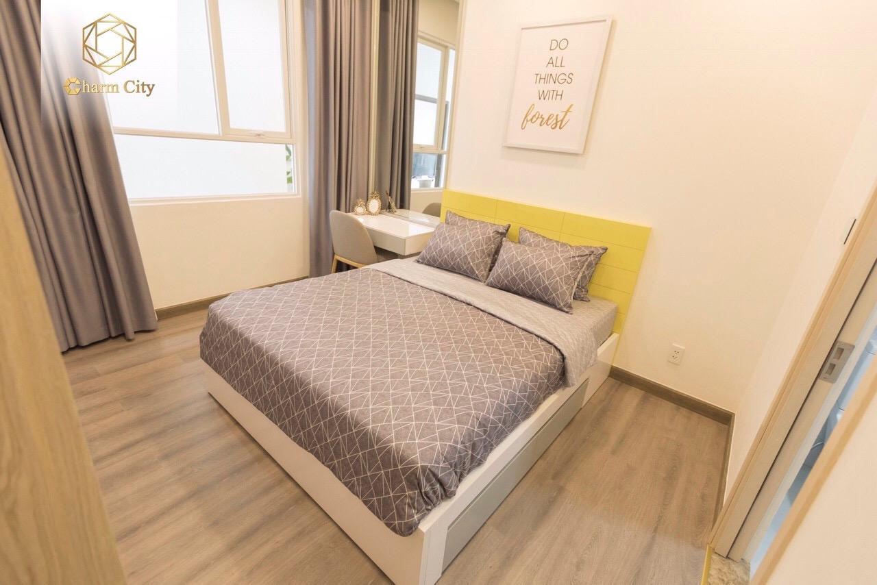 Phòng ngủ master  tại căn hộ 3 phòng ngủ Charm City Bình Dương với ban công thoáng mát